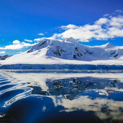「青く澄んだ空と南極大陸」の写真素材