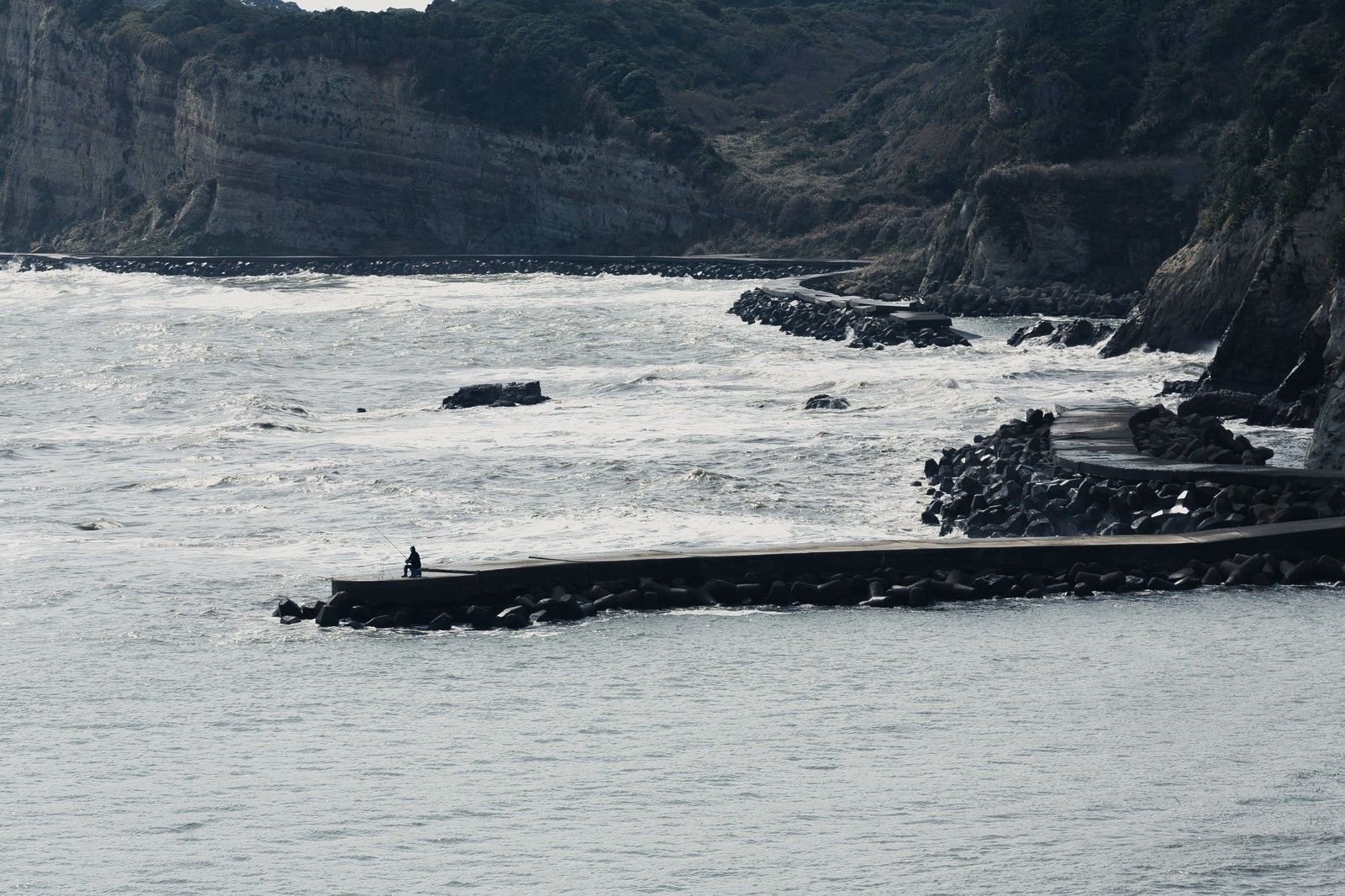 「千葉県いすみ市の海岸と釣り人」の写真