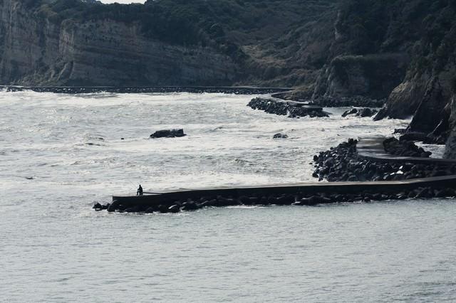 千葉県いすみ市の海岸と釣り人の写真