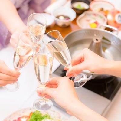 「旅行先でシャンパンで乾杯」の写真素材
