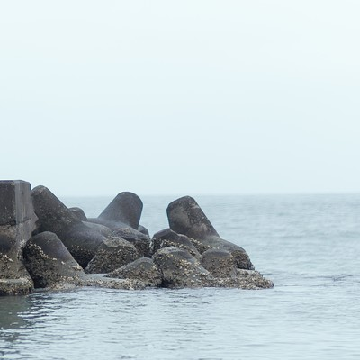 「埠頭の先で叫ぶ女子高生」の写真素材