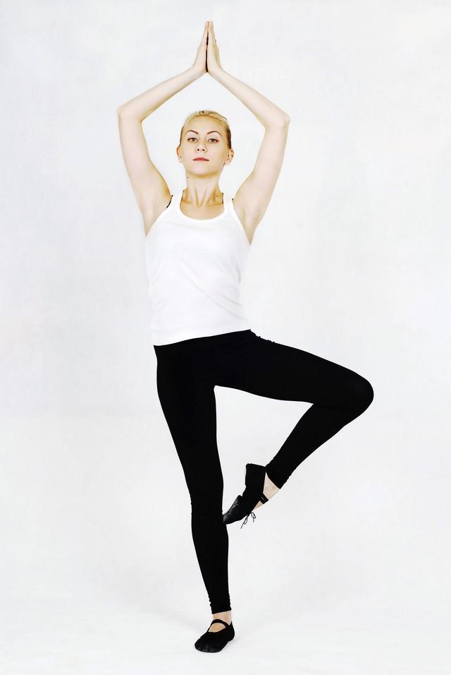 片足立ちする柔軟中の女性の写真