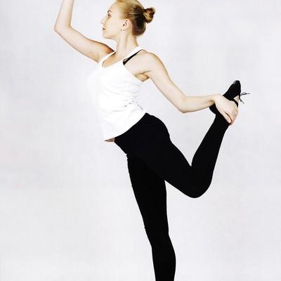 ストレッチするバレエダンサー(ロシア人)の写真