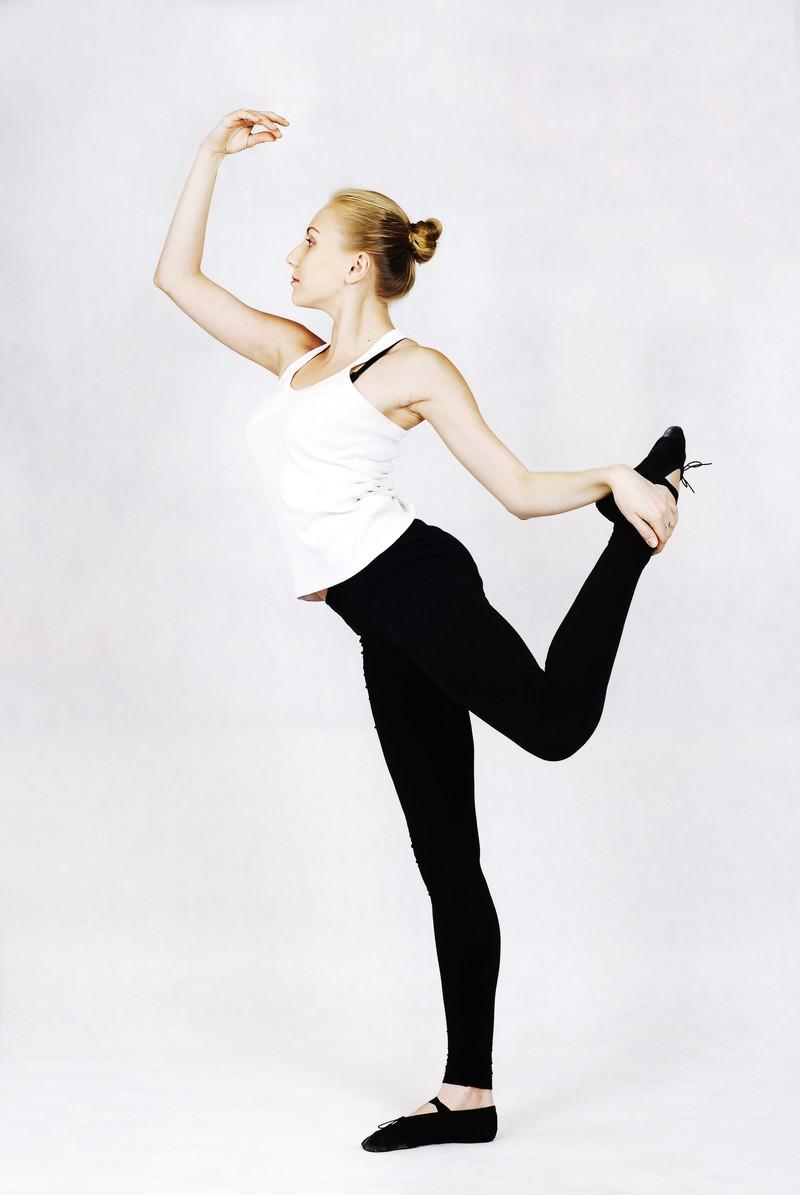 「ストレッチするバレエダンサー(ロシア人)ストレッチするバレエダンサー(ロシア人)」[モデル:モデルファクトリー]のフリー写真素材を拡大