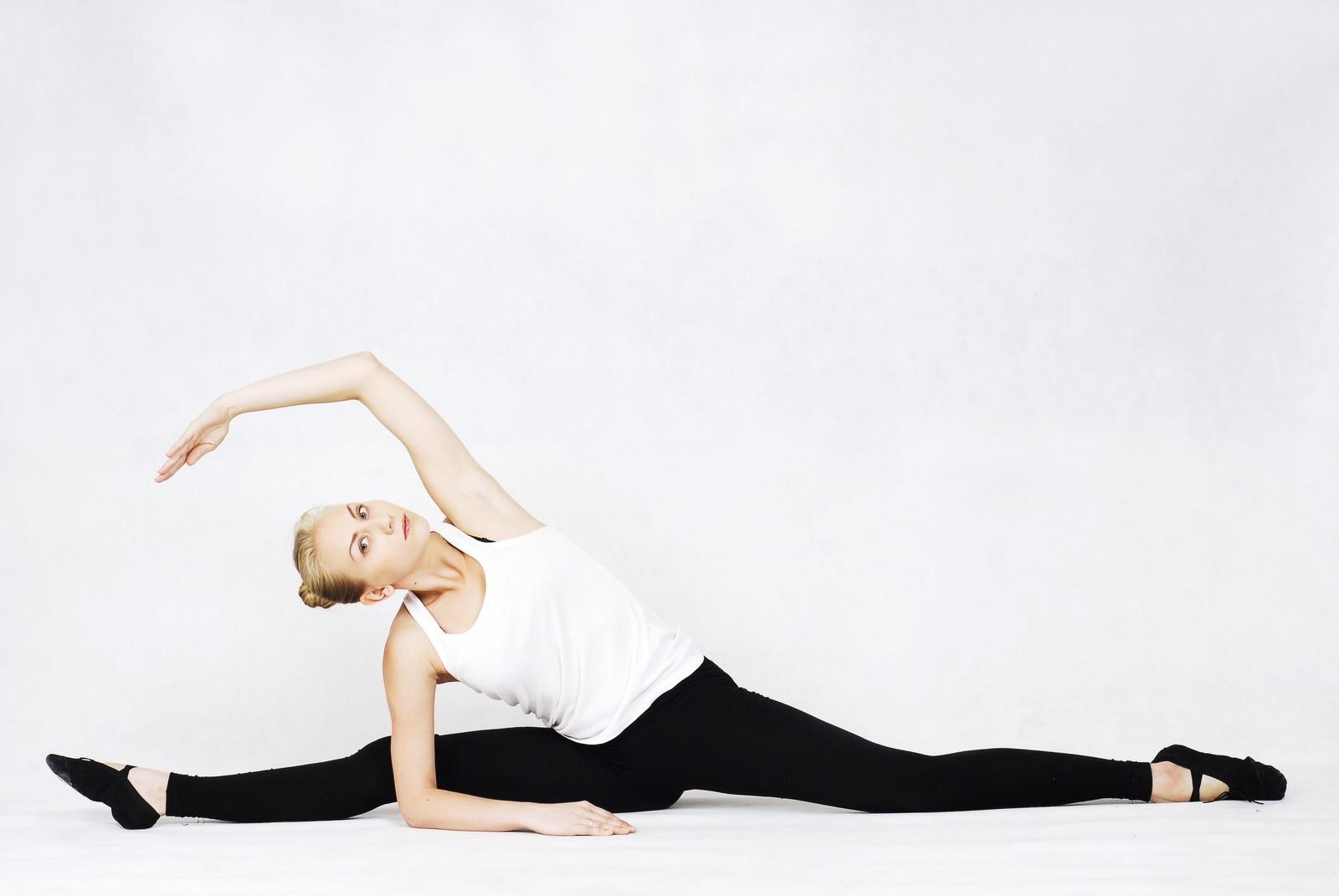 「開脚しながら片腕を伸ばす体が柔らかいバレエダンサー」の写真[モデル:モデルファクトリー]