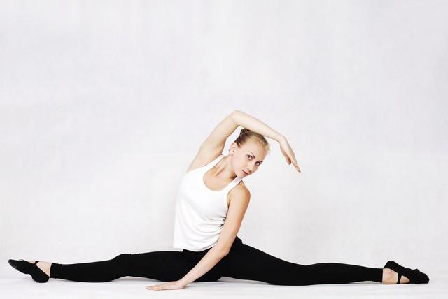 入念に柔軟するロシア人女性の写真