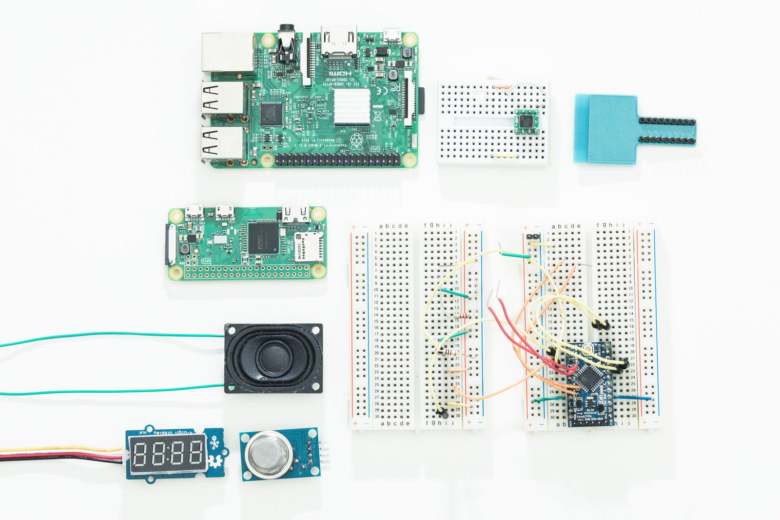 「教育用の小型コンピューター(Raspberry Pi)と電子部品」の写真