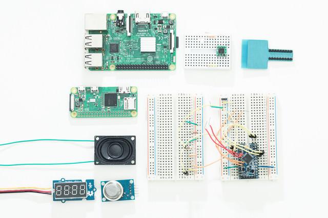 教育用の小型コンピューター(Raspberry Pi)と電子部品の写真