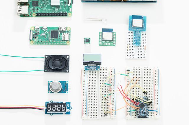 RaspberryPiと電子工作部品の写真