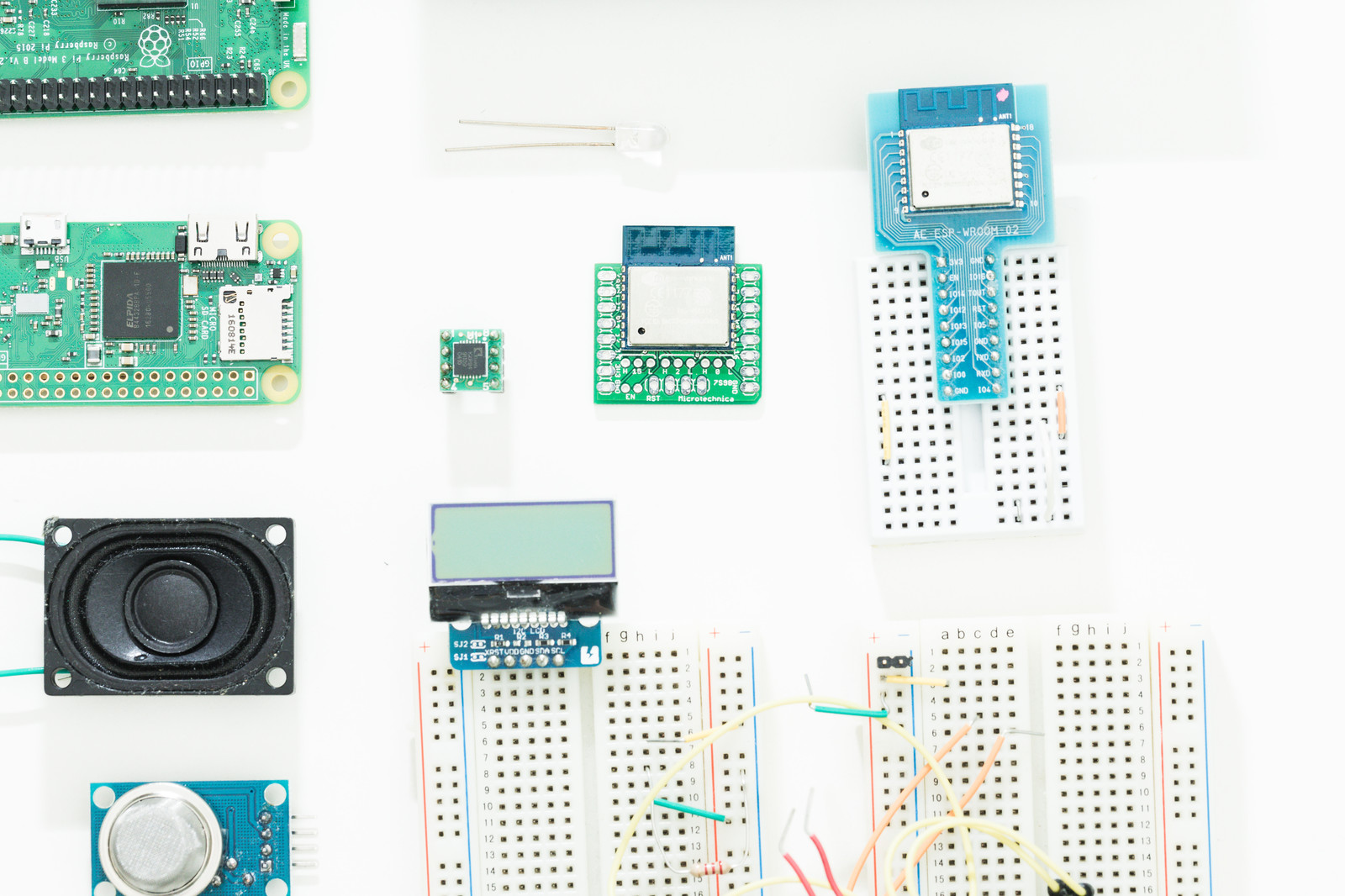 「ブレッドボードやモノクロ液晶などの電子部品」の写真