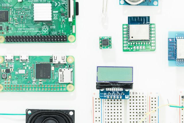 小型パソコンの基板とブレッドボードなどの写真