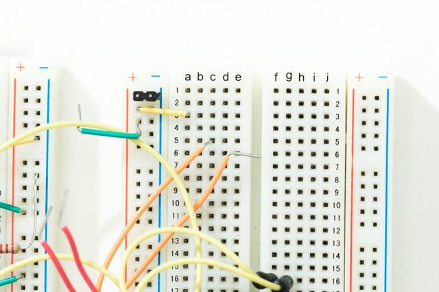 配線で繋がれたブレッドボードの写真