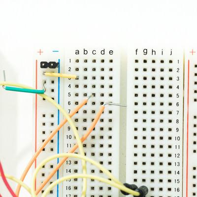 「配線で繋がれたブレッドボード」の写真素材