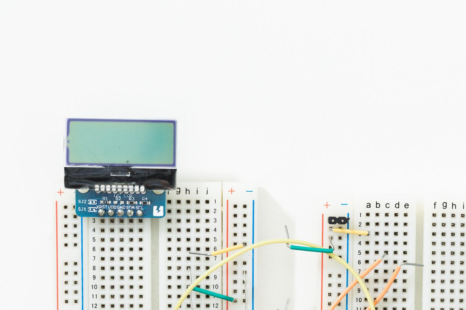 「小さなモノクロ液晶とブレッドボード」の写真