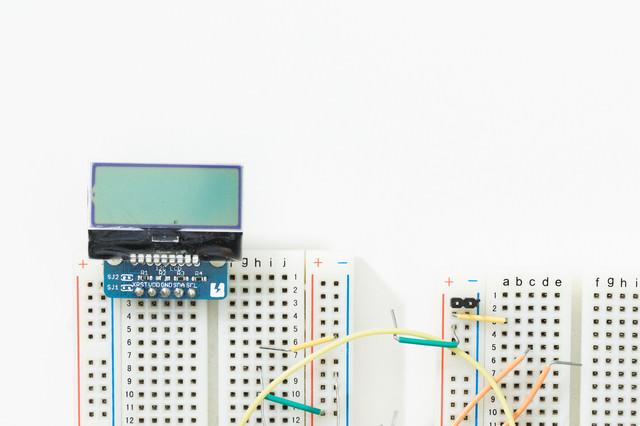 小さなモノクロ液晶とブレッドボードの写真
