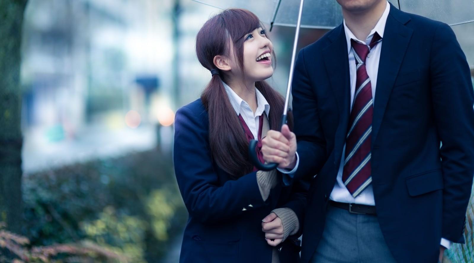 「「傘忘れちゃった!」彼氏に相合傘をおねだりする彼女」の写真[モデル:河村友歌]