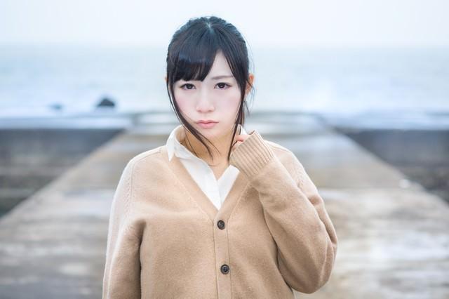 寂れた埠頭と女子高生の写真
