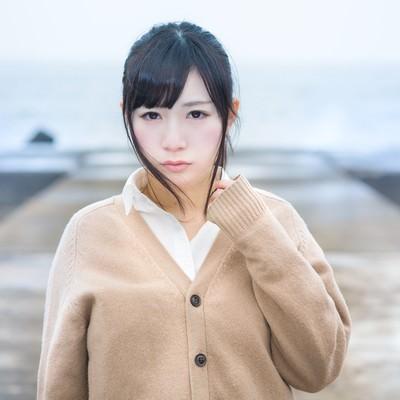 「寂れた埠頭と女子高生」の写真素材