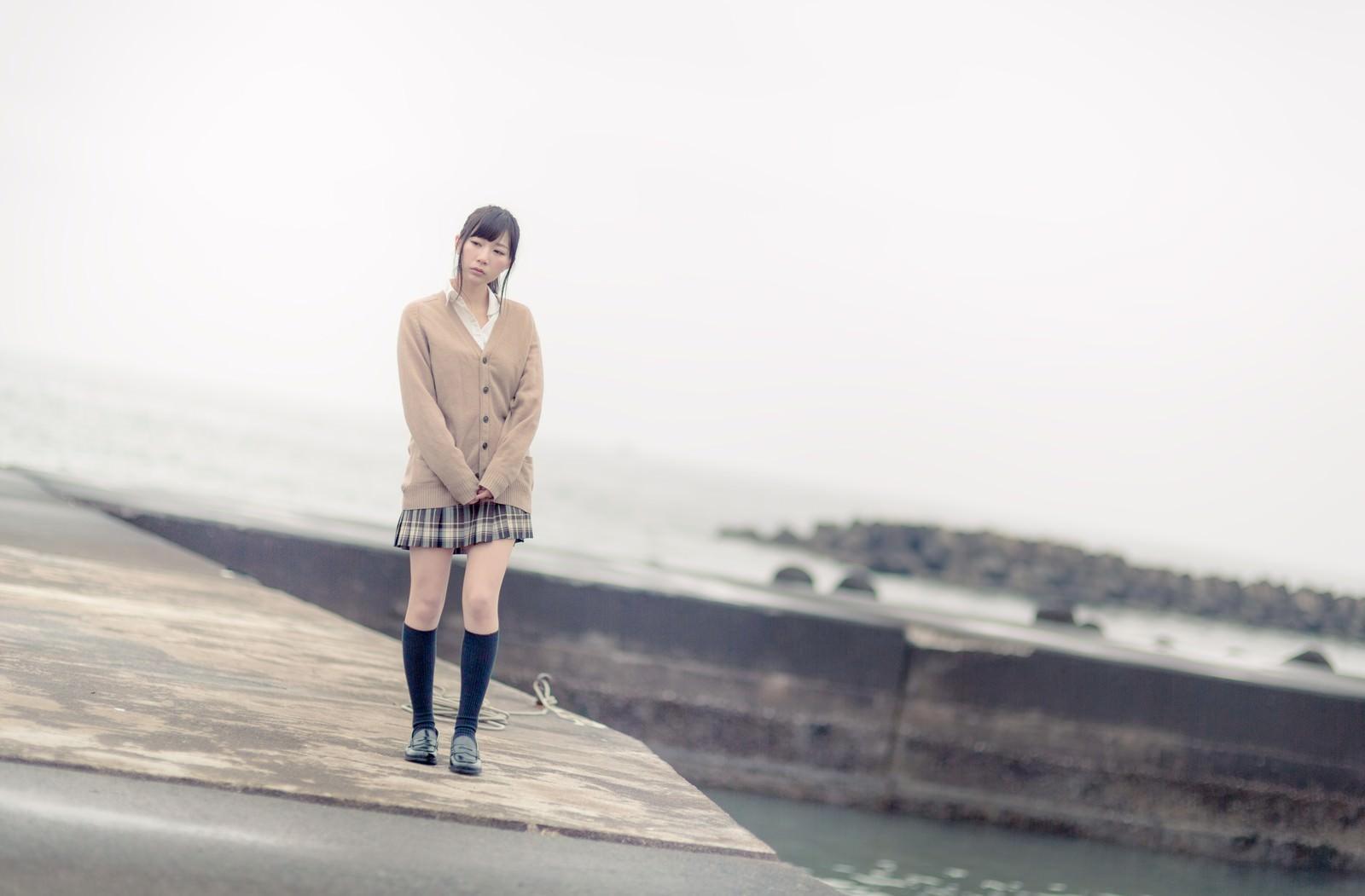 「埠頭を歩く女子高生」の写真[モデル:伊藤里織]