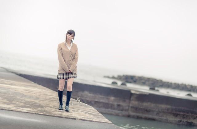埠頭を歩く女子高生の写真