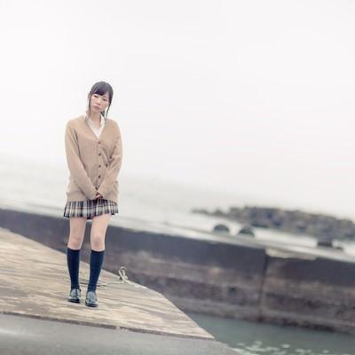 「埠頭を歩く女子高生」の写真素材