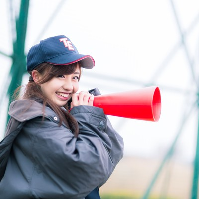 「笑顔で僕を励ましてくれる女子マネージャー」の写真素材