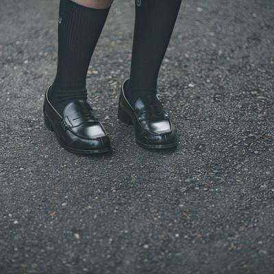 ローファーを履いた足元の写真