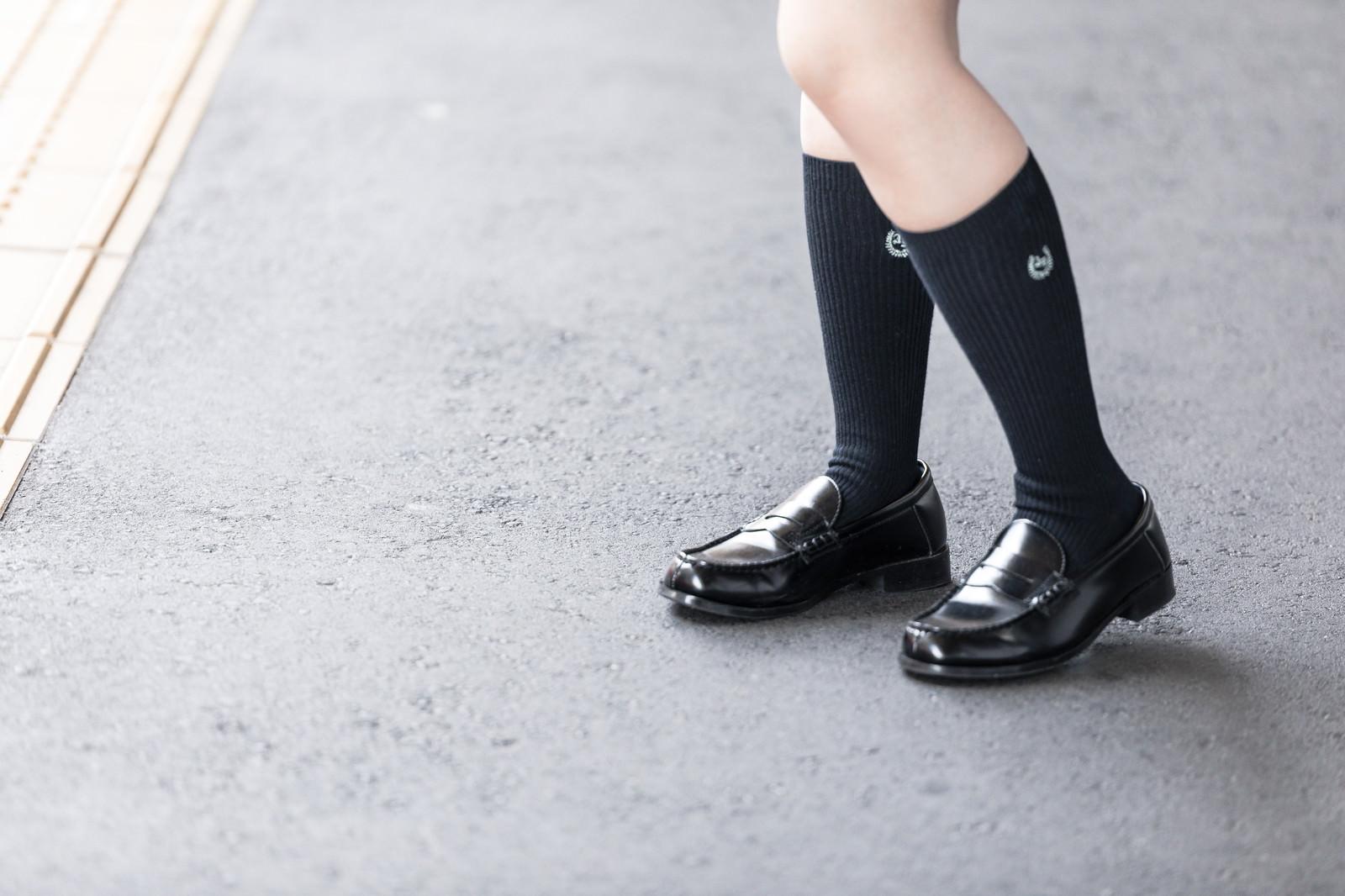 「ローファーを履いたJKの足元   写真の無料素材・フリー素材 - ぱくたそ」の写真[モデル:石投げて美奈代]