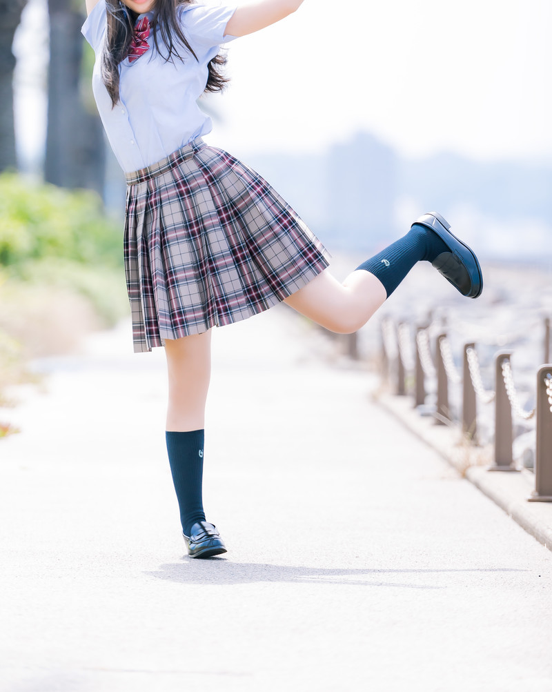 「晴れ晴れに浮かれる女子高生」の写真[モデル:石投げて美奈代]