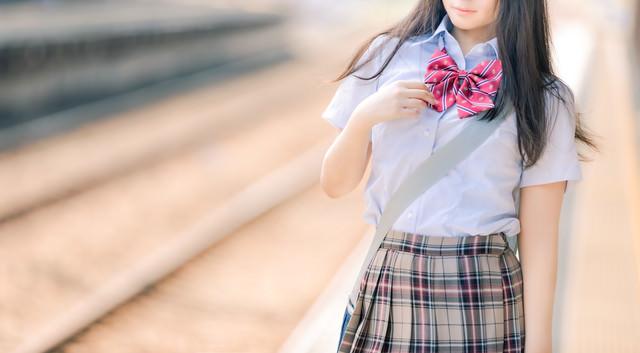電車通学の女子高生の写真