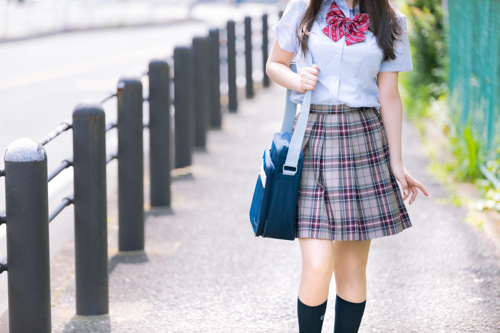 「通学中の女子高校生」の写真[モデル:石投げて美奈代]