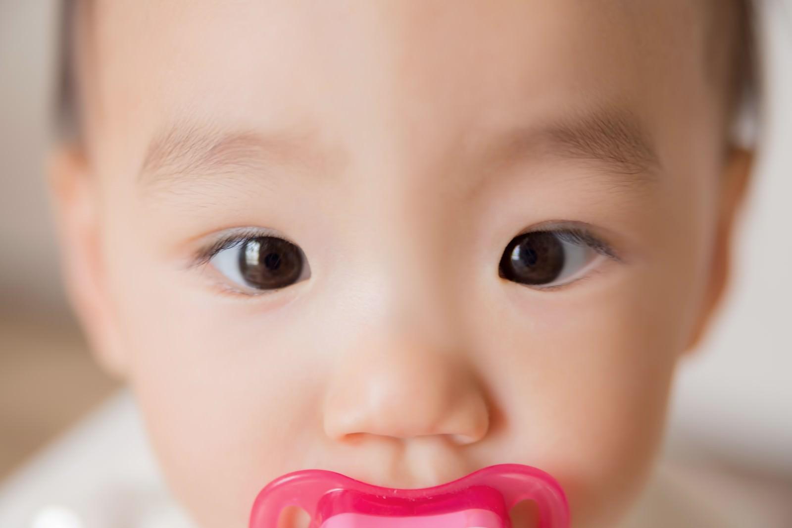 「綺麗な瞳の赤ちゃん綺麗な瞳の赤ちゃん」[モデル:あんじゅ]のフリー写真素材を拡大