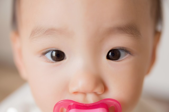 綺麗な瞳の赤ちゃんの写真