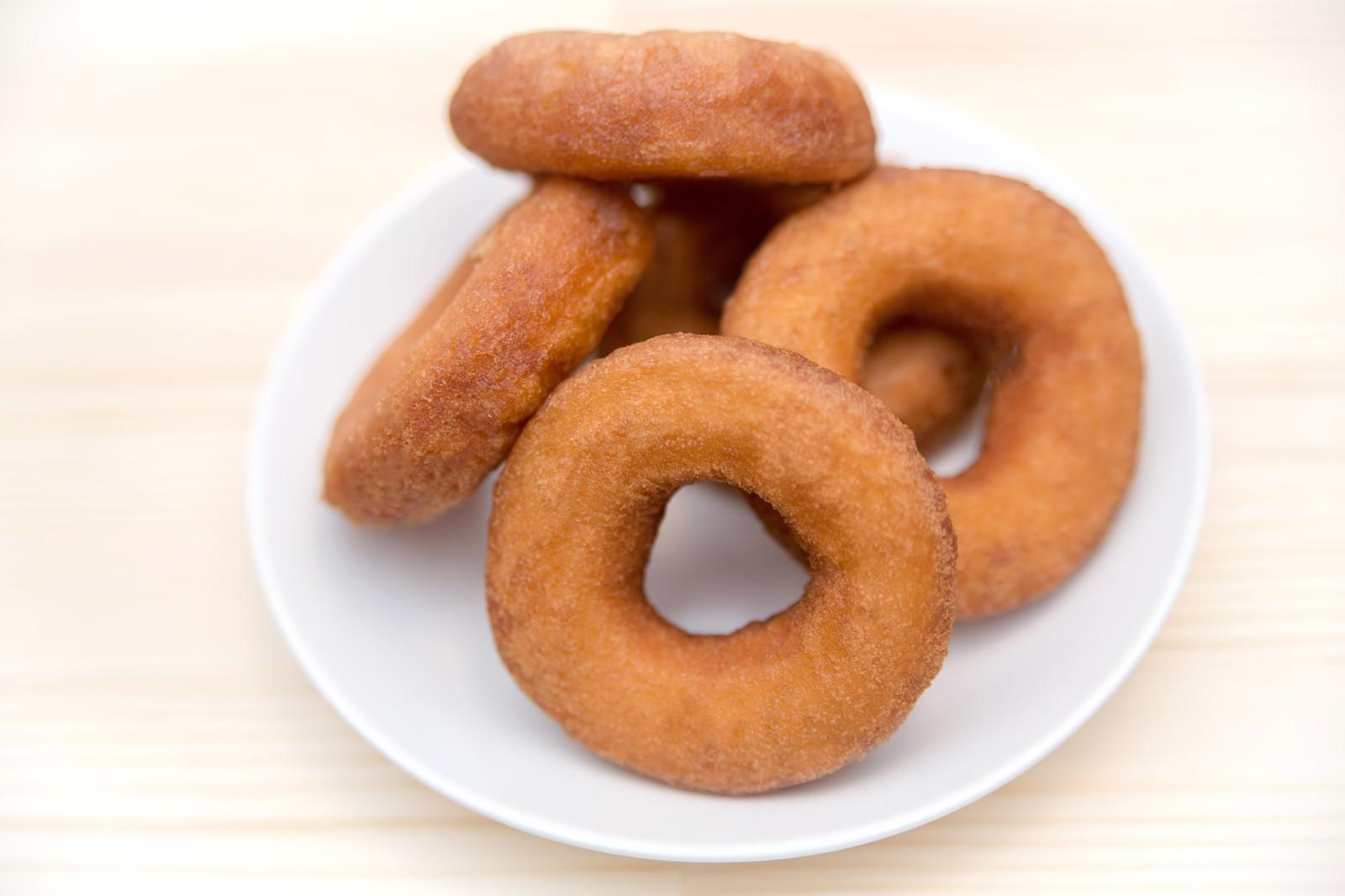 「お皿に乗ったドーナツ」の写真