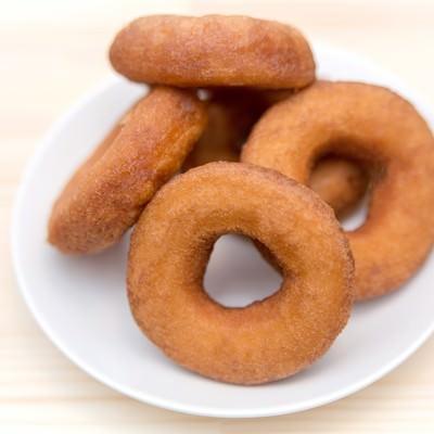 「お皿に乗ったドーナッツ」の写真素材