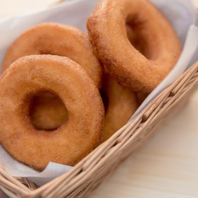 「バスケットに入ったドーナッツ」の写真素材