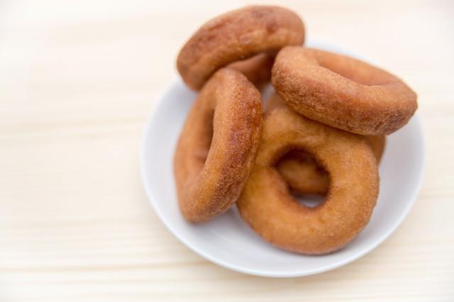 お皿に盛られたドーナツ(プレーン)の写真