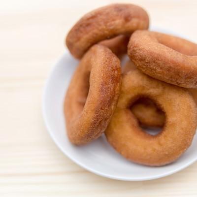 「お皿に盛られたドーナッツ(プレーン)」の写真素材