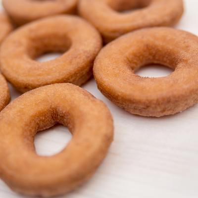 並べられたドーナツの写真