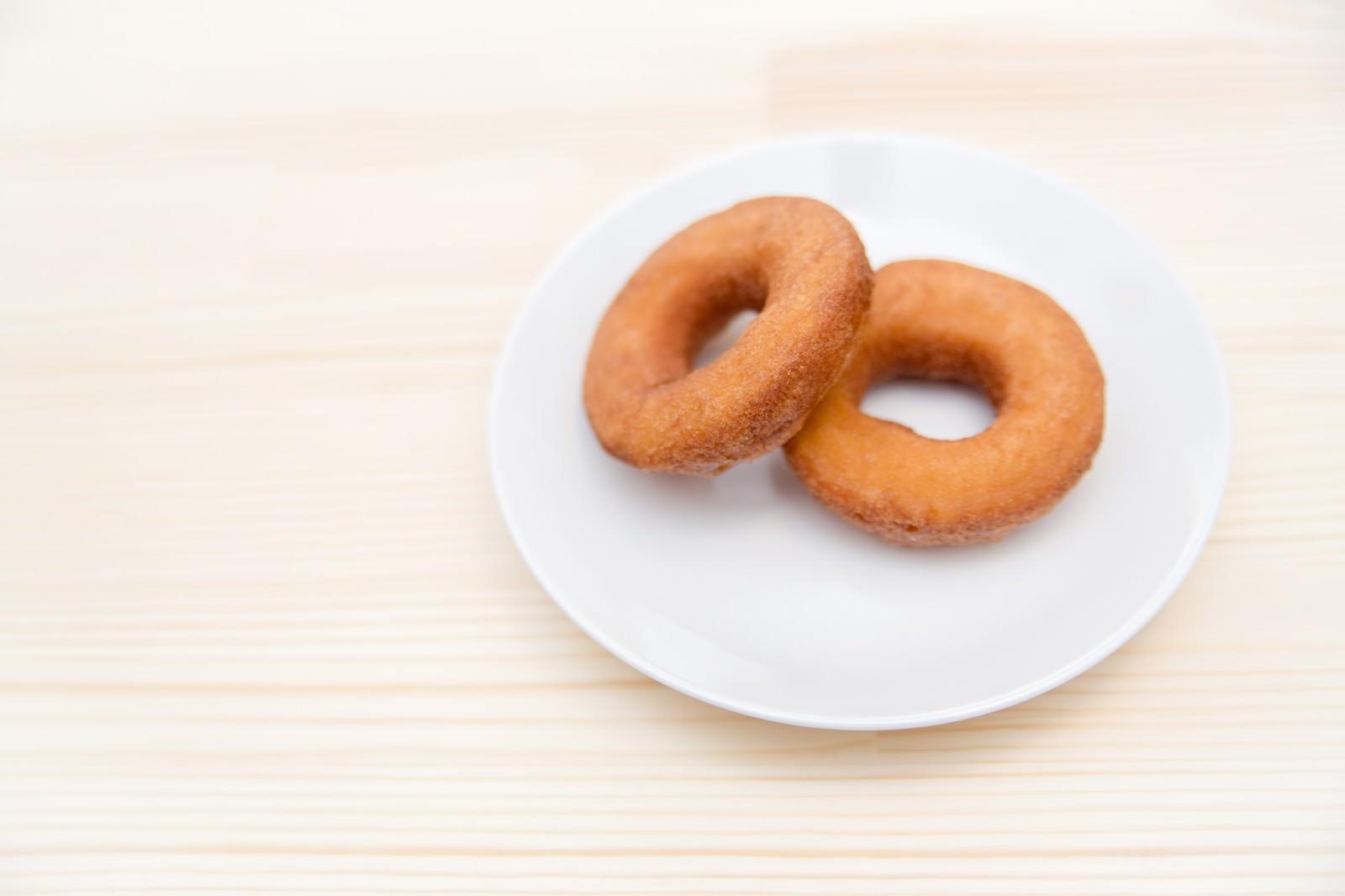 「お皿の上に置かれたドーナツ2個」の写真