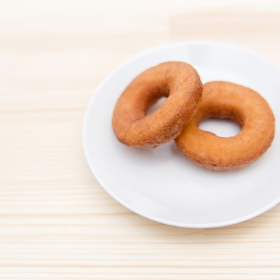 「お皿の上に置かれたドーナッツ2個」の写真素材