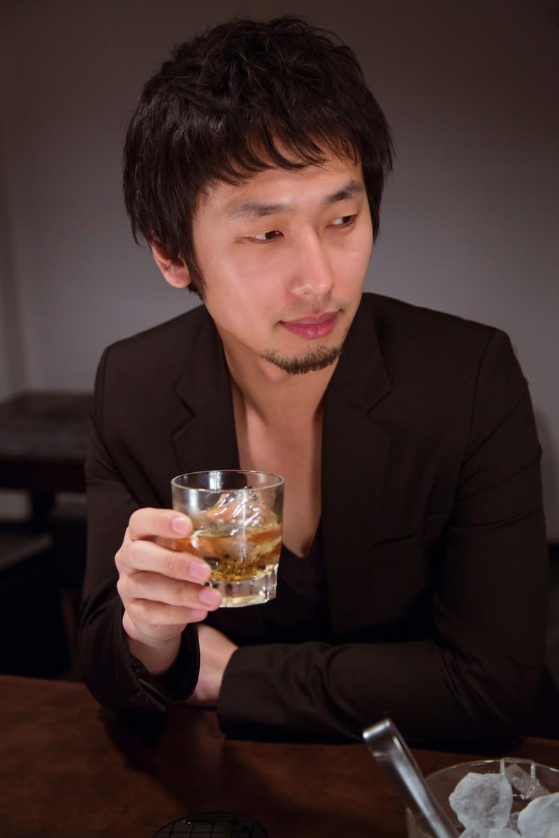 「バーラウンジでお酒を愉しむ男性」の写真[モデル:大川竜弥]
