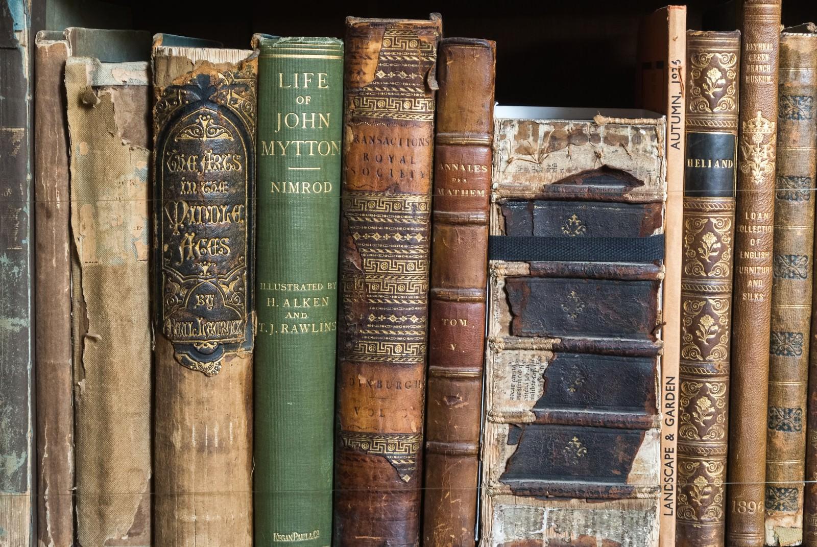 「ボロボロの洋書」の写真