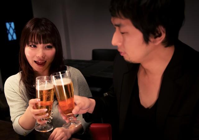 「ビールで乾杯する男女」のフリー写真素材