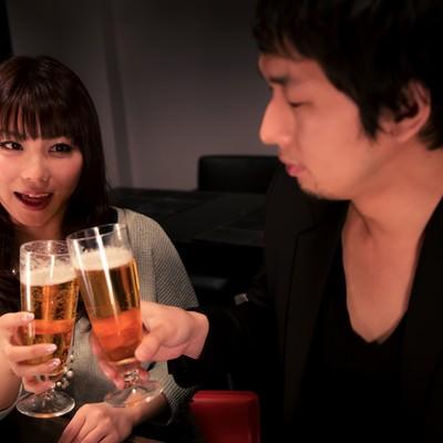 「ビールで乾杯する男女」の写真素材