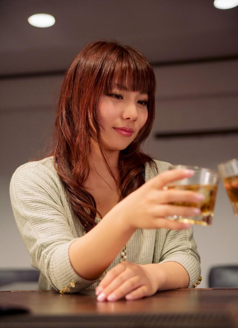 「バーカウンターで隣の方と乾杯する女性」の写真[モデル:Lala]