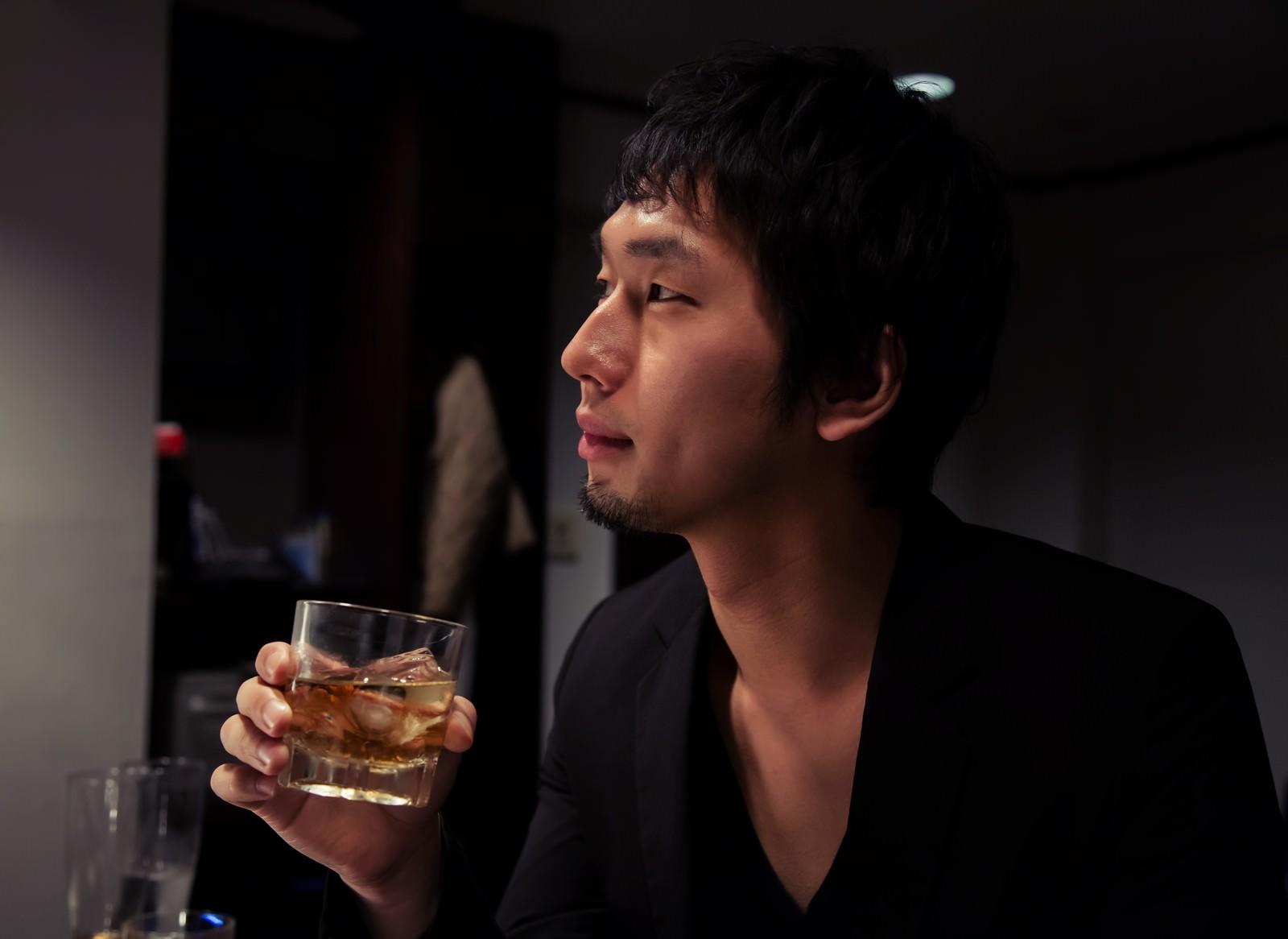 「隠れ家的なお店でお酒を愉しむIT長者風の男性」の写真[モデル:大川竜弥]