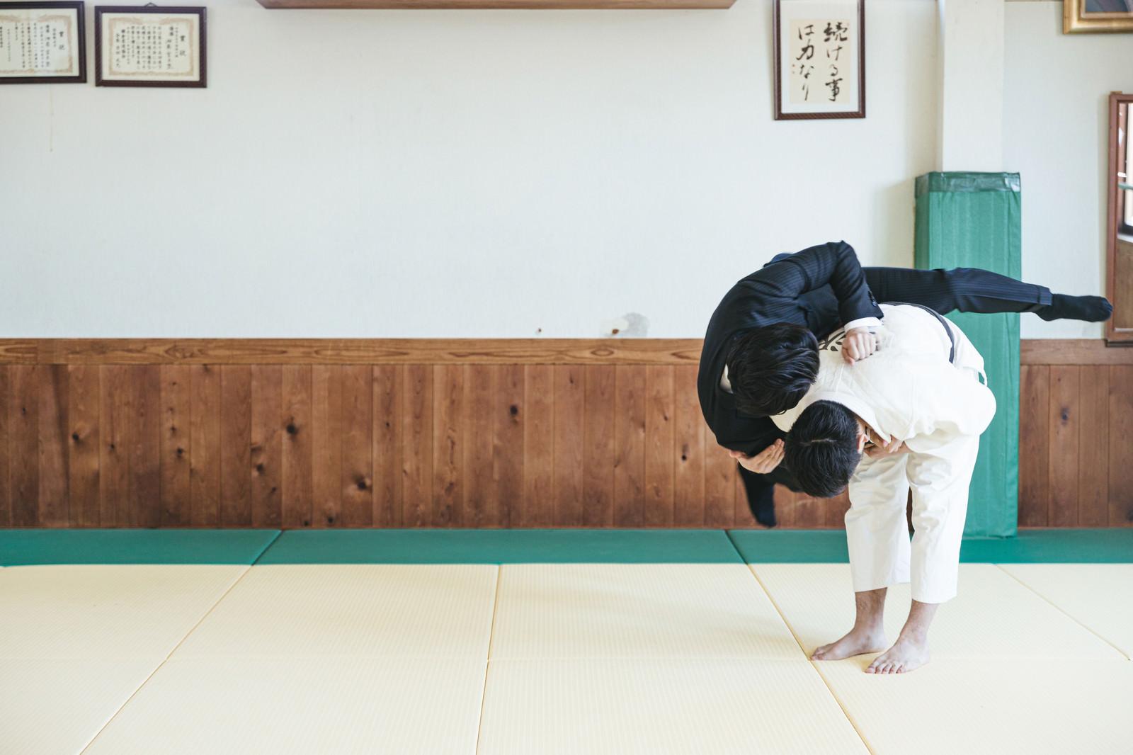 「一本背負いで投げられるサラリーマン(シーン4)」の写真[モデル:大川竜弥]