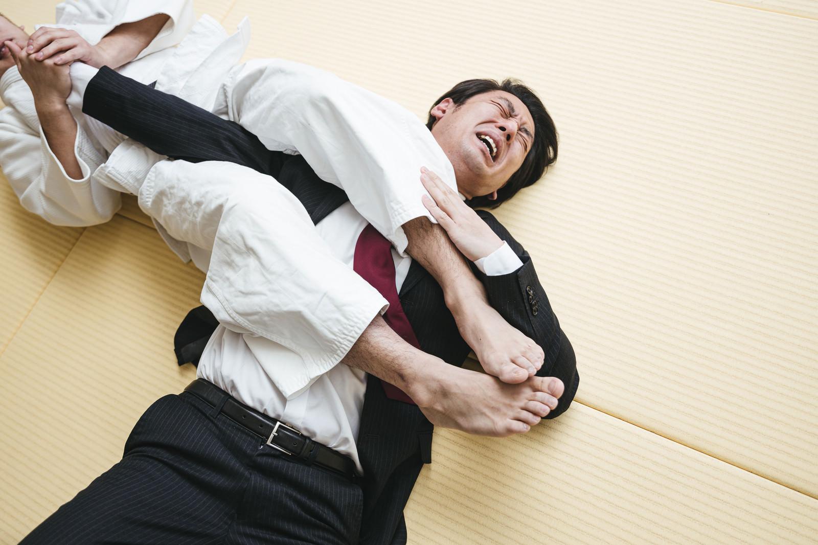 「どこ行ってもスマホばかりいじりやがって(腕ひしぎ十字固め)」の写真[モデル:大川竜弥]