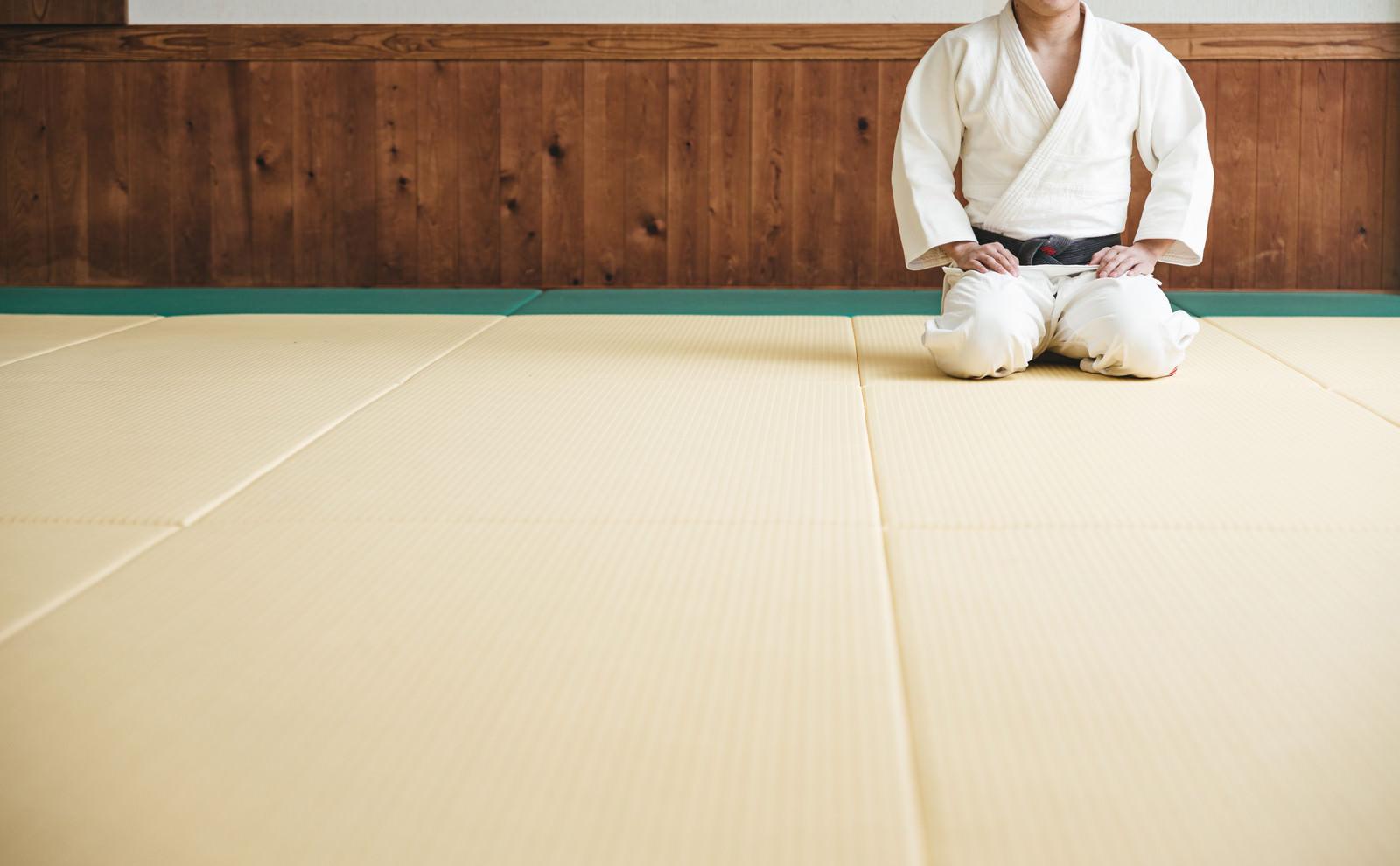 「柔道場で静かに正座する選手」の写真[モデル:大川竜弥]